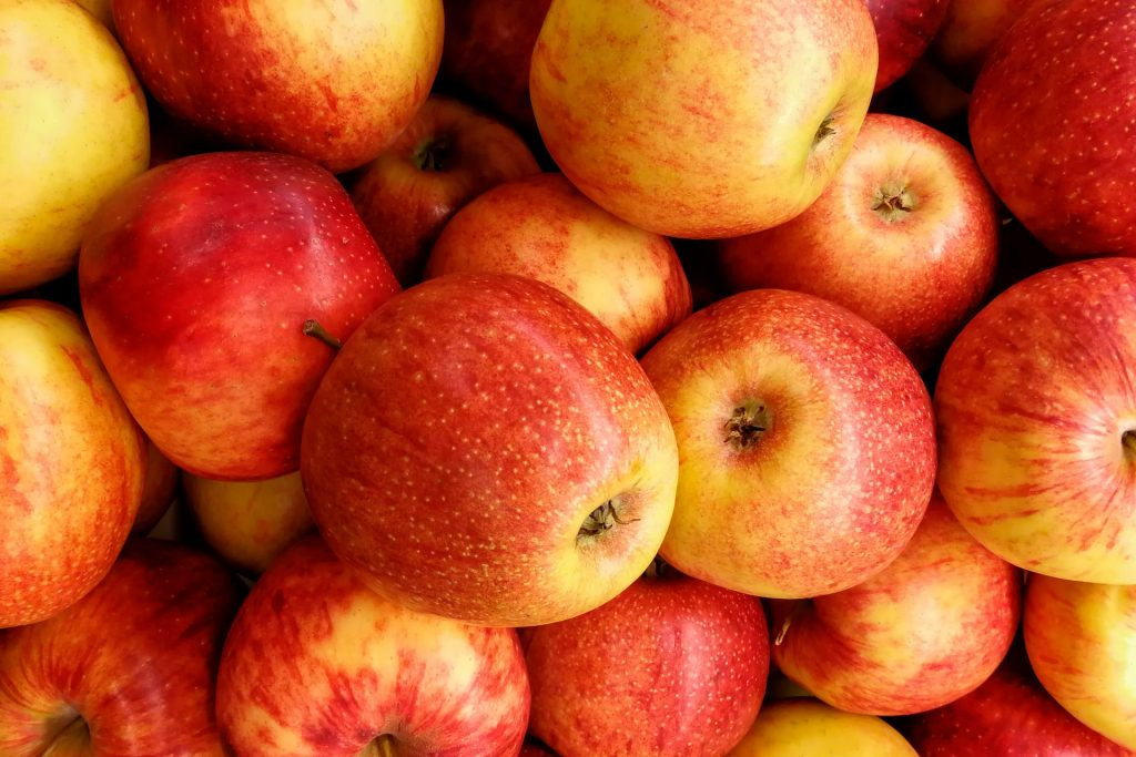 Apples | 8 Best Anti-Cancer Foods to Add to Your Diet | magazine.vaniday.com